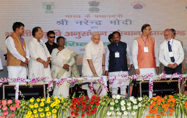 The Prime Minister, Narendra Modi unveiling the plaque to lay the Foundation Stone of the Indian Agriculture Research Institute (IARI), in Hazaribagh, Jharkhand on June 28, 2015. The Governor of Jharkhand, Draupadi Murmu, the Union Minister for Agriculture, Radha Mohan Singh, the Chief Minister of Jharkhand, Raghubar Das, the Minister of State for Finance, Jayant Sinha and other dignitaries are also seen.