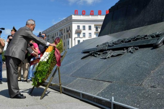 President of India, Pranab Mukherjee laying the wreath at the victory Monument at Victory Square during his state visit at Minsk in Republic of Belarus