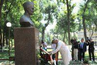 The Prime Minister, Narendra Modi pays tribute at the bust of the former Prime Minister, Lal Bahadur Shastri, in Tashkent