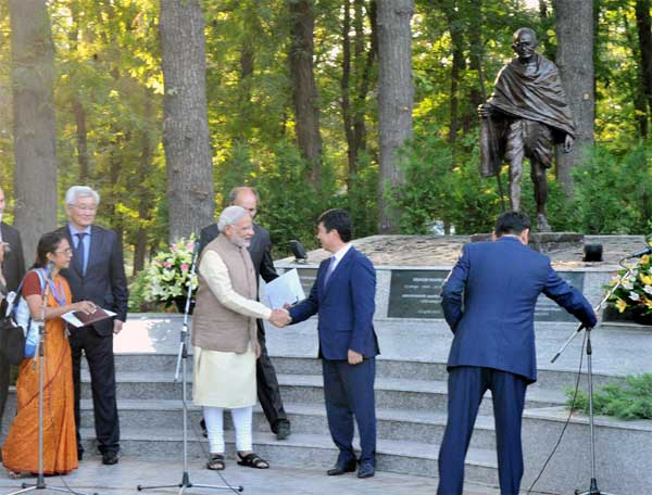 The Prime Minister, Narendra Modi shaking hands with the Prime Minister of Kyrgyz Republic, Temir Sariyev after unveiling the Statute of Mahatma Gandhi, at Mahatma Gandhi Avenue, in Bishkek, Kyrgyzstan on July 12, 2015.