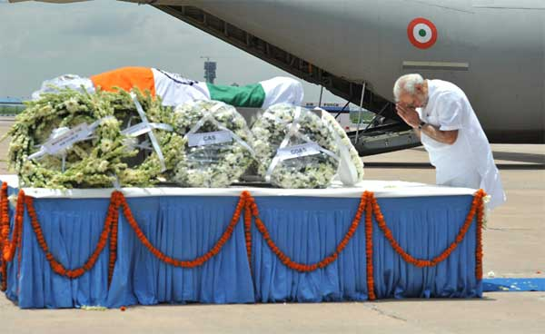 The Prime Minister, Narendra Modi paying homage at the mortal remains of the former President of India, Dr. A.P.J. Abdul Kalam, at Air Force Station, New Delhi on July 28, 2015.