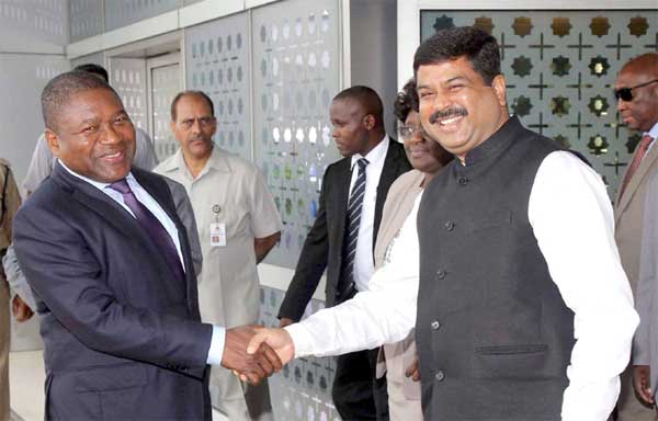 The President of the Republic of Mozambique, Filipe Jacinto Nyusi being received by the Minister of State for Petroleum and Natural Gas (Independent Charge), Dharmendra Pradhan, on his arrival at Indira Gandhi International Airport, in New Delhi on August 04, 2015.