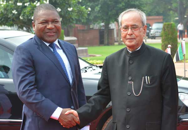 The President of India, Pranab Mukherjee, receives Filipe Jacinto Nyusi, the President of the Republic of Mozambique during his ceremonial reception at Rashtrapati Bhavan on August 05, 2015.