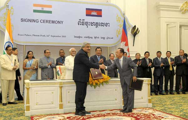 The Vice President, Mohd. Hamid Ansari and the Prime Minister of Cambodia, Hun Sen witnessing the signing ceremony, in Phonm Penh, Cambodia on September 16, 2015.