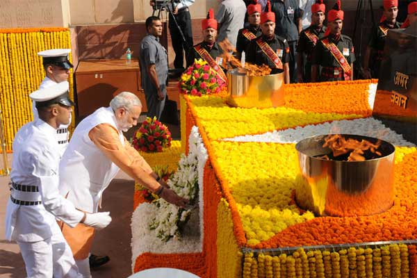 The Prime Minister, Narendra Modi laying wreath at Amar Jawan Jyoti, India Gate, for paying homage to the brave soldiers, who devoted their lives to the nation & fought bravely in 1965, in New Delhi on September 22, 2015.