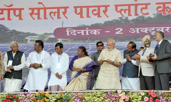 The Prime Minister, Narendra Modi inaugurating the Rooftop Solar Power Plant (180 KW) for Khunti District Court, in Jharkhand on October 02, 2015. The Governor of Jharkhand, Draupadi Murmu, the Chief Minister of Jharkhand, Raghubar Das, the Minister of State for Rural Development, Sudarshan Bhagat and other dignitaries are also seen.