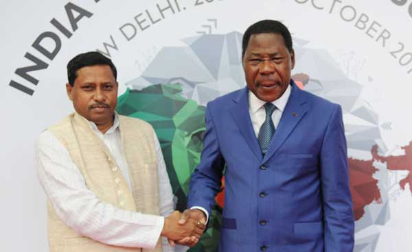 The President of Benin, Dr. Boni Yayi being received by the Minister of State for Human Resource Development, Prof. (Dr.) Ram Shankar Katheria, on his arrival, in New Delhi on October 27, 2015.