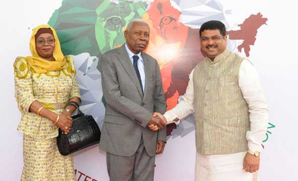 The Vice President of Tanzania, Mohamed Gharib Bilal being received by the Minister of State for Petroleum and Natural Gas (Independent Charge), Dharmendra Pradhan, in New Delhi on October 27, 2015.