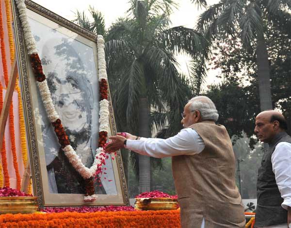 The Prime Minister, Narendra Modi paying floral tribute to Sardar Vallabhbhai Patel on Rashtriya Ekta Diwas, at Patel Chowk, in New Delhi on October 31, 2015. The Union Home Minister, Rajnath Singh is also seen.
