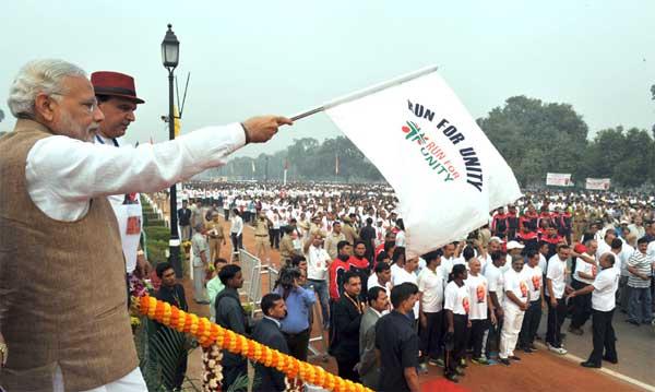 The Prime Minister, Narendra Modi flagging off the Run for Unity on Rashtriya Ekta Diwas, at Rajpath, in New Delhi on October 31, 2015.