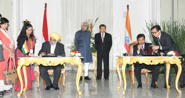 The Vice President, Mohd. Hamid Ansari and the Vice President of Indonesia, Jusuf Kalla witnessing the signing of MoUs between India and Indonesia, in Jakarta, Indonesia on November 02, 2015.
