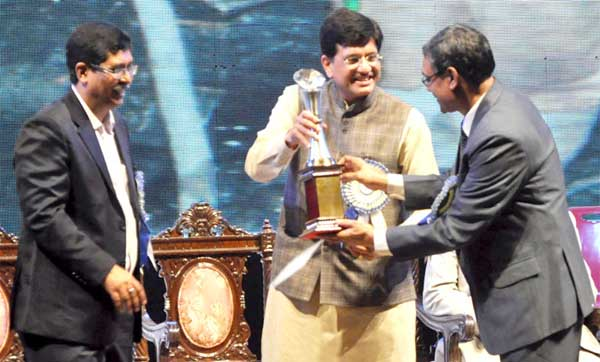 The Minister of State (Independent Charge) for Power, Coal and New and Renewable Energy, Piyush Goyal presenting an award at the 41st foundation day celebrations of the Coal India Limited, in Kolkata on November 01, 2015. The Chairman, CIL, Sutirtha Bhattacharya is also seen.