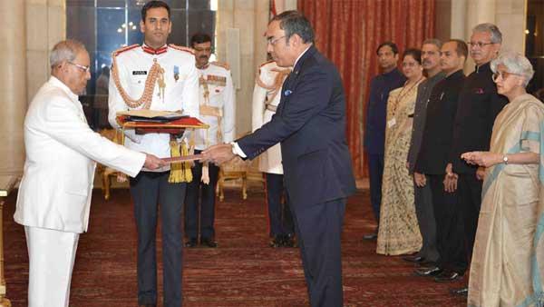 The Ambassador-designate of the Democratic Socialist Republic of Sri Lanka, Esala Weerakoon presenting his credential to the President, Pranab Mukherjee, at Rashtrapati Bhavan, in New Delhi on November 13, 2015.
