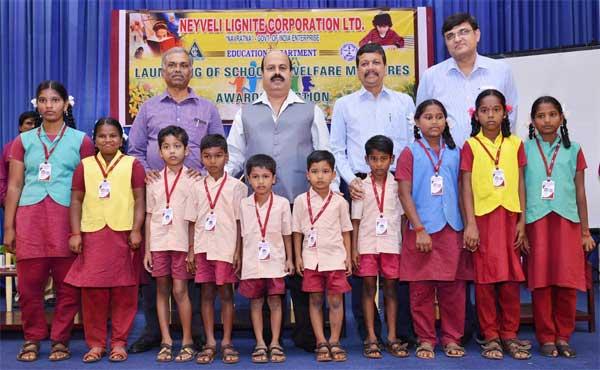 Sarat Kumar Acharya, CMD, NLC, Rakesh Kumar, Subir Das,         V.Thanga Pandian, Directors of NLC with students of NLC Primary School, after presenting the Identity Cards.