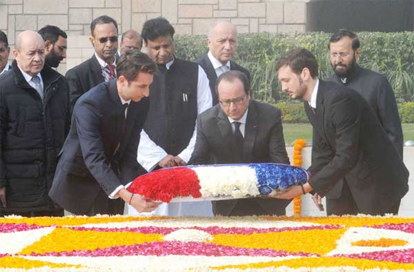 The President of France, Francois Hollande laying wreath at the Samadhi of Mahatma Gandhi, at Rajghat, in Delhi on January 25, 2016. The Minister of State for Environment, Forest and Climate Change (Independent Charge), Prakash Javadekar is also seen.