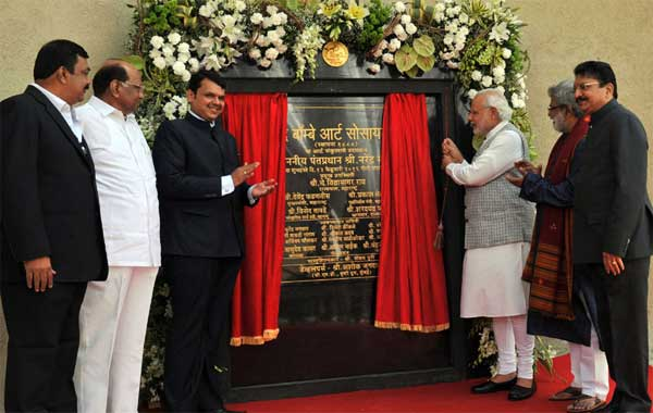 The Prime Minister, Narendra Modi unveiling the plaque to mark the inauguration of the new building complex of the Bombay Art Society, in Mumbai on February 13, 2016. The Governor of Maharashtra, C. Vidyasagar Rao, the Chief Minister of Maharashtra, Devendra Fadnavis and other dignitaries are also seen.