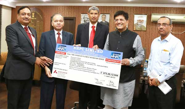 The CMD of National Hydroelectric Power Corporation Ltd. (NHPC), K.M. Singh presenting the interim dividend cheque of Rs.875.49 for the Financial Year of 2015-16 to the Minister of State (Independent Charge) for Power, Coal and New and Renewable Energy, Piyush Goyal, in New Delhi on March 18, 2016.