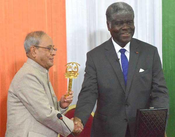 The President, Pranab Mukherjee receiving the Key and Parchment of city of Abidjan from the Governor of Abidjan, Robert Beugre Mambe, in Abidjan, Cote d'Ivoire on June 15, 2016.
