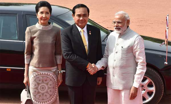 The Prime Minister, Narendra Modi with the Prime Minister of the Kingdom of Thailand, General Prayut Chan-o-cha, at the ceremonial reception, at Rashtrapati Bhavan, in New Delhi on June 17, 2016. Naraporn Chan-o-cha is also seen.