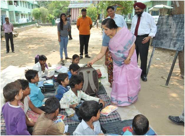 श्रीमती उषा अनंतसुब्रह्मण्यतन, प्रबंध निदेशक एवं मुख्यन कार्यपालक अधिकारी, पंजाब नैशनल बैंक कार्पोरेट सामाजिक दायित्वय के अंतर्गत श्री विनायक मंदिर दिल्लीन में निर्धन बच्चों  को स्कू ल बैग व पाठ्यसामग्री प्रदान करते हुए।