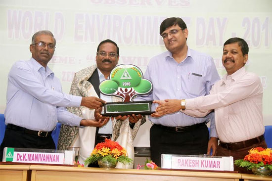 SHRI RAKESH KUMAR, DIRECTOR (FINANCE), SHRI SUBIR DAS , DIRECTOR (MINES) AND SHRI V.THANGAPANDIAN, DIRECTOR (POWER) JOINTLY PRESENTING A MEMENTO TO Dr. K.MANIVANNAN, DIRECTOR, ANNAMALAI UNIVERSITY, WHO PARTICIPATED AS CHIEF GUEST IN THE WORLD ENVIRONMENT DAY CELEBRATIONS HOSTED BY NLC LTD., AT NEYVELI.