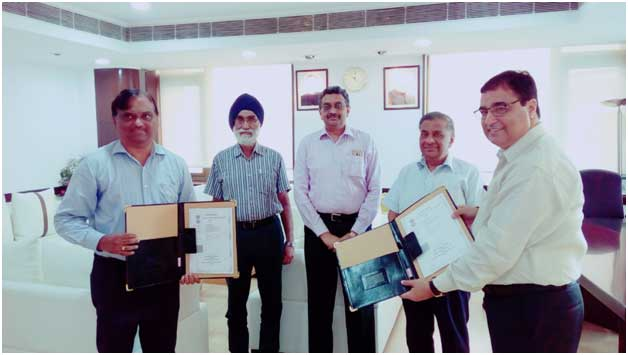 D.R. Sarin, CMD (ALIMCO) and R Murahari, GM (CSR) PFC exchanging the MoAs in the presence of M K Goel, CMD, Shri D Ravi, Director (Commercial), GS Ghai, ED (CSR), PFC