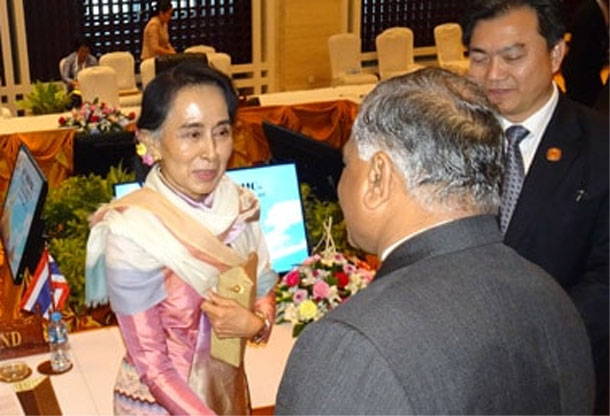 Minister of State for External Affairs Dr. V.K. Singh meets Daw Aung San Suu Kyi, Minister of Foreign Affairs of Myanmar in Vientiane