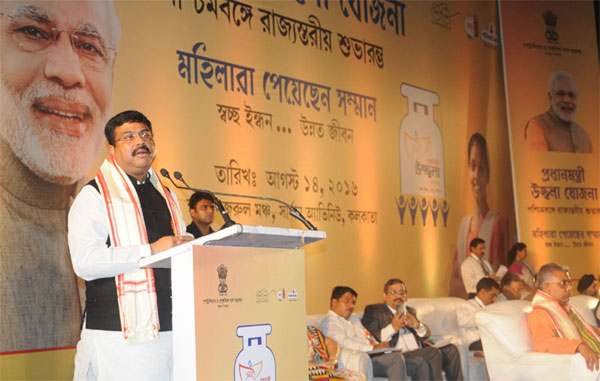 Minister of State for Petroleum and Natural Gas (Independent Charge), Shri Dharmendra Pradhan addressing at the launching ceremony of PMUY, at Nazrul Manch, in Kolkata, West Bengal on August 14, 2016