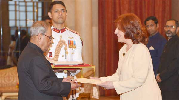 The Ambassador-designate of Argentina, Maria Cristina Ueltschi presenting her credentials to the President, Pranab Mukherjee, at Rashtrapati Bhavan, in New Delhi on September 26, 2016.