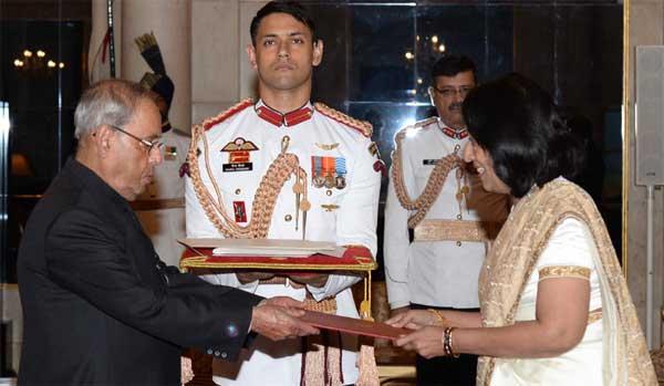 The High Commissioner-designate of Sri Lanka, Chitraganee Wagisewara presenting her credentials to the President, Pranab Mukherjee, at Rashtrapati Bhavan, in New Delhi on September 26, 2016