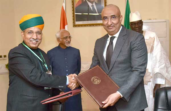 The Minister of State for Finance and Corporate Affairs, Arjun Ram Meghwal exchanging the Memorandum of Understanding on Standards with his Malian counterpart, following the delegation level talks between the Vice President, M. Hamid Ansari and the Prime Minister of Mali, Modibo Keita, at the Prime Minister's Office, in Bamako, Mali on September 29, 2016.