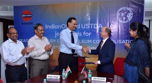 Mr. Sanjiv Singh, Director (Refineries), IndianOil and Mr John M McCaslin, Minister Counsellor for Commercial Affairs, Embassy of the United States of America during agreement signing ceremony held at New Delhi.