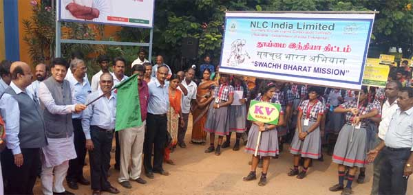 The Minister of State for Power, Coal, New and Renewable Energy and Mines (Independent Charge), Piyush Goyal flagging off the students' rally at Neyveli Lignite Corporation as part of Swachh Bharat Campaign, in Cuddalore district, Tamil Nadu on October 04, 2016.