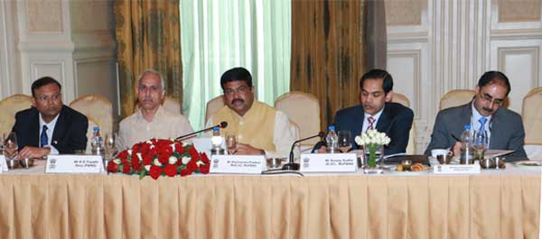 Shri Dharmendra Pradhan, Hon'ble Minister of State (Independent Charge), Ministry of Petroleum & Natural Gas, reviewing preparations for the upcoming PETROTECH-2016 at Core Group meeting held at New Delhi today.