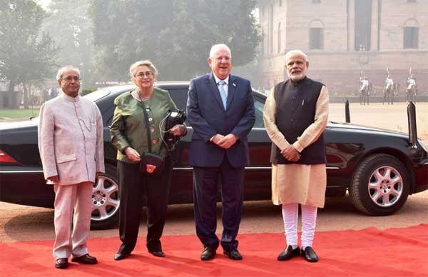 The President, Pranab Mukherjee and the Prime Minister, Narendra Modi with the President of Israel, Reuven Rivlin at the ceremonial welcome, at Rashtrapati Bhavan, in New Delhi on November 15, 2016.