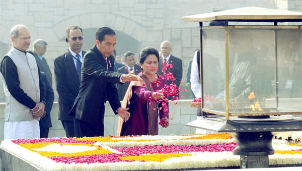 The President of Indonesia, Joko Widodo paying floral tributes at the Samadhi of Mahatma Gandhi, at Rajghat, in Delhi on December 12, 2016. The Minister of State for Environment, Forest and Climate Change (Independent Charge), Anil Madhav Dave is also seen.
