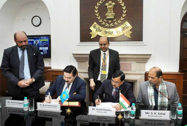 The Chairman, CBDT, Sushil Chandra and the Ambassador of the Republic of Kazakhstan to India, Bulat Sarsenbayev signing a Protocol to amend the existing Double Taxation Avoidance Convention (DTAC) between India and Kazakhstan, in New Delhi on January 06, 2017.
