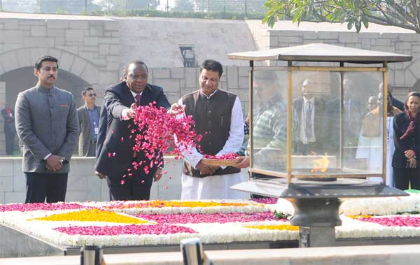 The President of Kenya, Uhuru Kenyatta paying floral tributes at the Samadhi of Mahatma Gandhi, at Rajghat, in Delhi on January 10, 2017. The Minister of State for Information & Broadcasting, Col. Rajyavardhan Singh Rathore is also seen.
