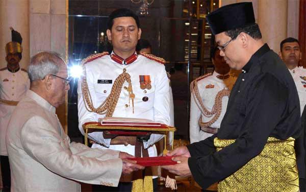 The High Commissioner-Designate of Malaysia, Dato' Hidayat Abdul Hamid presenting his credentials to the President, Pranab Mukherjee, at Rashtrapati Bhavan, in New Delhi on March 29, 2017.