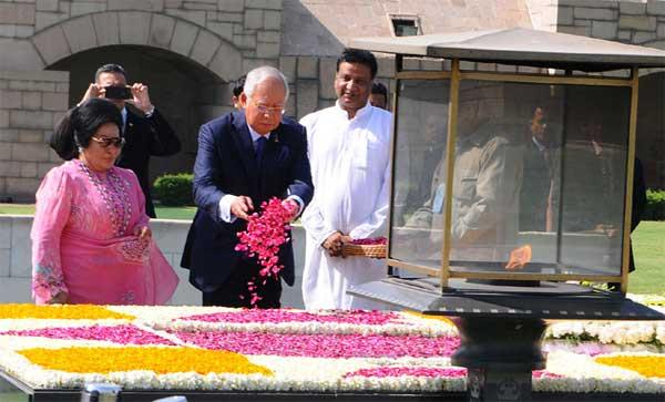 The Prime Minister of Malaysia, Dato' Sri Mohd Najib Bin Tun Abdul Razak paying floral tributes at the Samadhi of Mahatma Gandhi, at Rajghat, in Delhi on April 01, 2017.