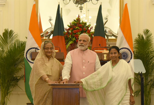 Prime Minister Narendra Modi, Prime Minister of Bangladesh, Ms. Sheikh Hasina and the Chief Minister of West Bengal, Ms. Mamata Banerjee at Hyderabad House