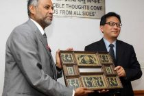 The Secretary, Ministry of Urban Development, Sudhir Krishna presenting a memento to the Vice Minister, the Legislative Affairs Office (LAO) of State Council, Peoples Republic of China, Xia Yong