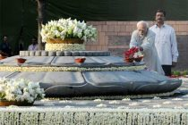 The Vice President, Mohd. Hamid Ansari paying floral tributes at the Samadhi of former Prime Minister, Late Shri Rajiv Gandhi