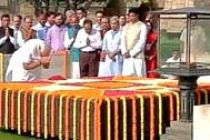 Modi pays tribute to Mahatma Gandhi, meets Vajpayee