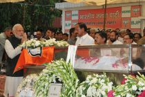 The Prime Minister, Narendra Modi paying tribute to the mortal remains of the Union Minister for Rural Development, Panchayati Raj, Drinking Water and Sanitation, Gopinathrao Munde