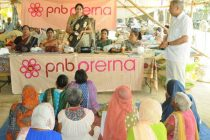 Pushpa Kamath, President, PNB Prerna, addressing & distributing the food and eatable items to the old age home and destitute at Delhi.