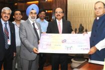 The CMD, Union Bank, Arun Tiwari presenting a dividend cheque to the Minister for Finance, Corporate Affairs and Defence, Arun Jaitley