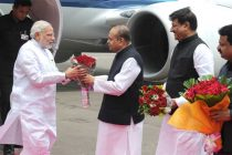 The Prime Minister, Narendra Modi being received by the Governor of Maharashtra, K. Sankaranarayanan, on his arrival