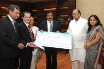 CMD Dena Bank, Ashwani Kumar presenting a dividend cheque to the Union Minister for Finance, Corporate Affairs and Defence, Arun Jaitley