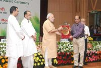 The Prime Minister, Shri Narendra Modi presenting the NASI-ICAR Award for innovation and research on Farm Implements 2013